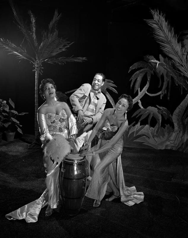 """Margaret Tynes, Duke Ellington y Joya Sherrill en la promoción de """"A drum is a woman"""", una suite de jazz de Ellington para un especial televisivo de la CBS (1957)."""