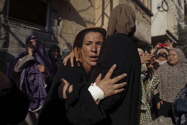 Unas mujeres lloran durante el funeral de unos niños asesinados tras un bombardeo naval israelí en el puerto de Gaza (2014).